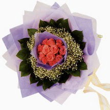 12 adet gül ve elyaflardan   Bursa İnternetten çiçek siparişi