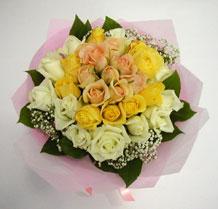 sari ve beyaz gül karisimda   Bursa yurtiçi ve yurtdışı çiçek siparişi