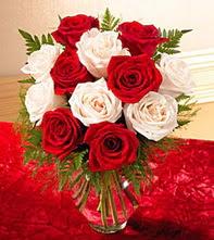 Bursa çiçekçi mağazası  5 adet kirmizi 5 adet beyaz gül cam vazoda