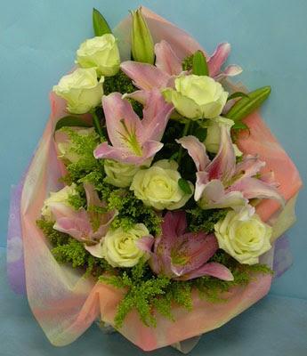 11 adet gül ve 2 adet kazablanka buketi  Bursa çiçek yolla