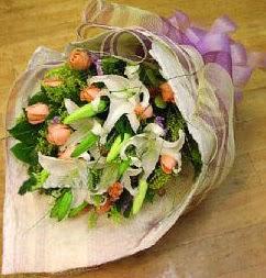 Bursa çiçek yolla  11 ADET GÜL VE 1 ADET KAZABLANKA