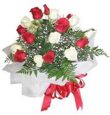 Bursa yurtiçi ve yurtdışı çiçek siparişi  12 adet kirmizi ve beyaz güller buket