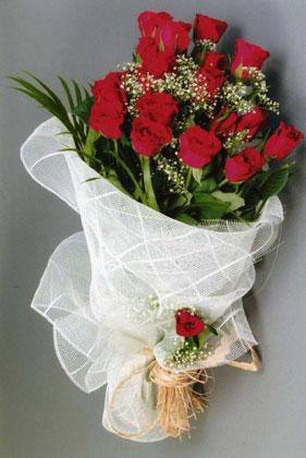 10 adet kirmizi güllerden buket çiçegi  Bursa uluslararası çiçek gönderme