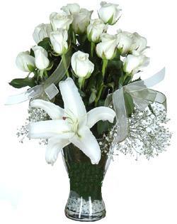 cam içerisinde 11 beyaz gül ve 1 kazablanka  Bursa çiçek gönderme sitemiz güvenlidir