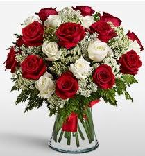 Vazoda 12 kırmızı 12 beyaz gül tanzimi  Bursa çiçekçi mağazası