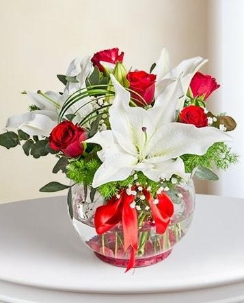 Fanus Vazoda 2 Lilyum ve 5 Gül Dansı  Bursa çiçek mağazası , çiçekçi adresleri