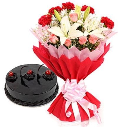 Karışık mevsim buketi ve 4 kişilik yaş pasta  Bursa İnternetten çiçek siparişi